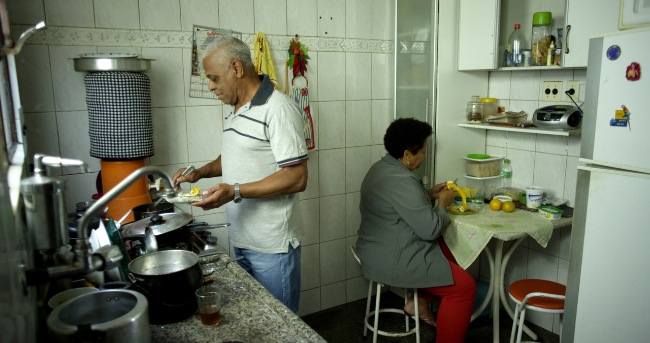 A scene from QUINTAL, directed by André Novais Oliveira.